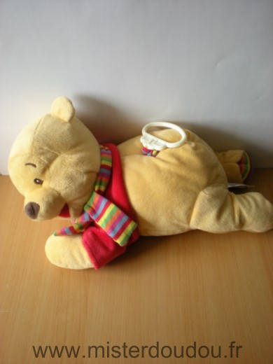 Doudou Ours Disney Winnie pull rouge echarpe rayee allongee